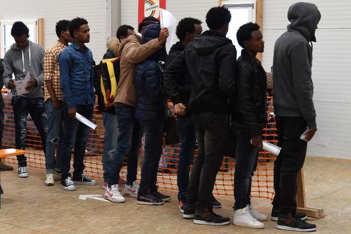 Az ígéretekkel ellentétben folyamatosan csökken a kitoloncolt migránsok száma Németországban