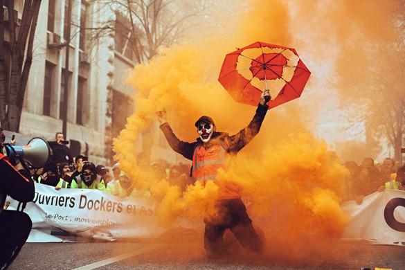 Könnygáz, zászlóerdők, rátelepedő radikálisok – az évtized legnagyobb sztrájkja Franciaországban