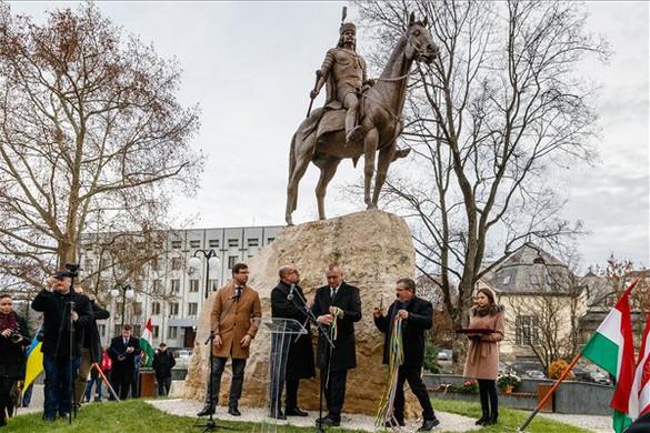 Beregszászban felavatták II. Rákóczi Ferenc lovasszobrát