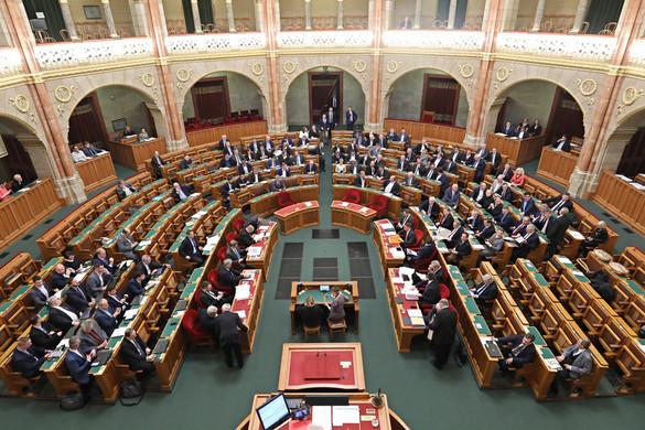A koronavírus elleni védekezésről szavaznak a parlamentben