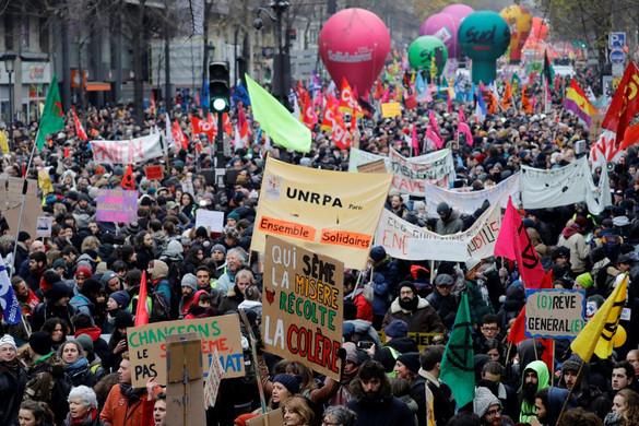 Százezrek tüntettek Macron nyugdíjreformja ellen Franciaországban