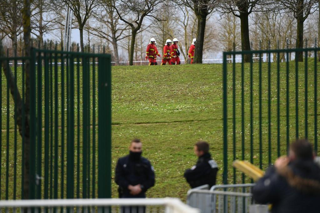 A támadó ártalmatlanítása után tűzoltók és tűzszerészek érkeztek a parkba