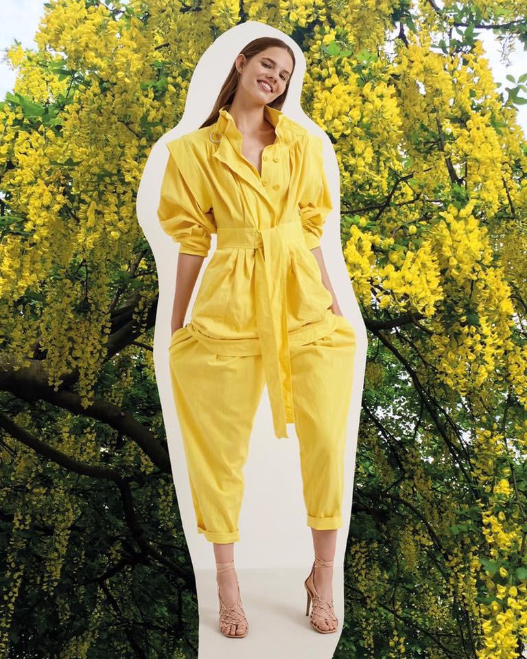Napsárga overál Stella McCartney legújabb kollekciójából: fenntartható forrásból származó bio pamutból készült