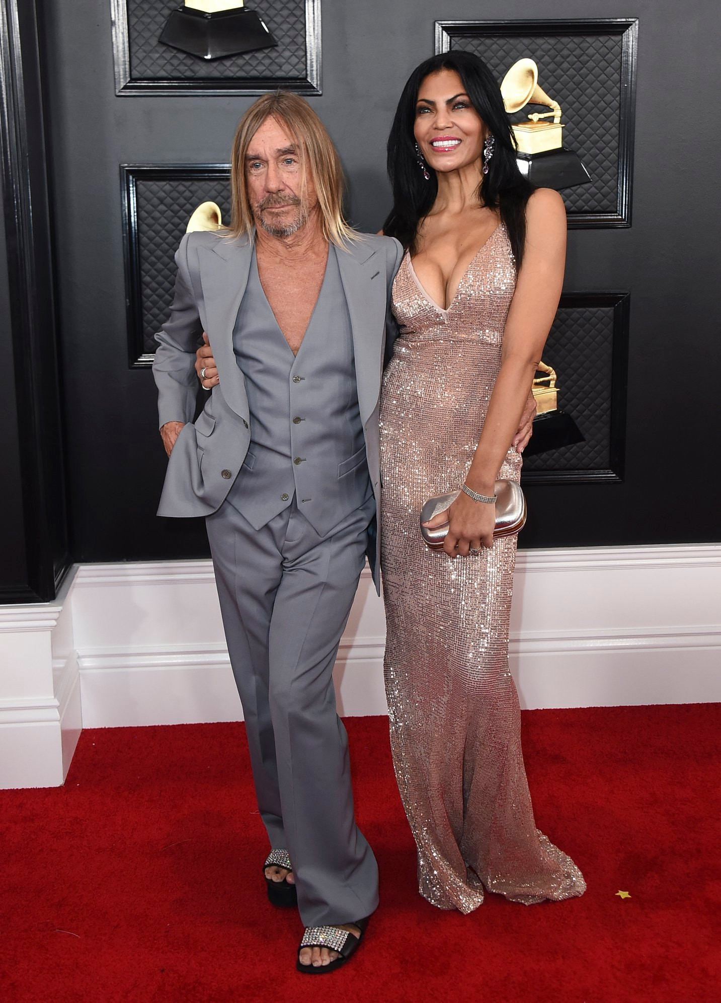 Iggy Pop felesége, Nina Alu társaságában és egy flitteres papucsban érkezett meg a Staples Centerbe