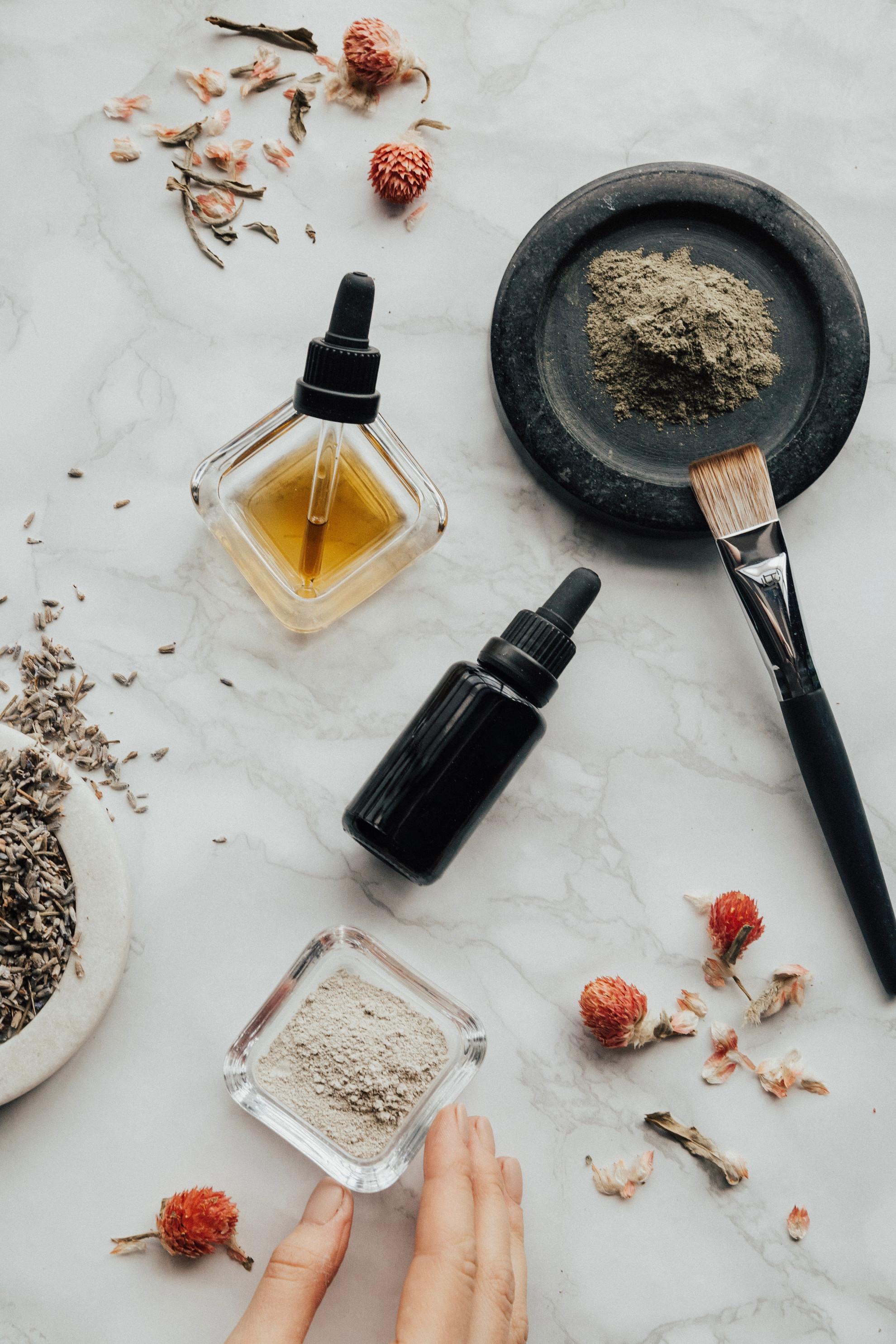 A különböző hatóanyag tartalmú kozmetikumok más-más kiszerelésben találhatóak meg a drogériák polvain
