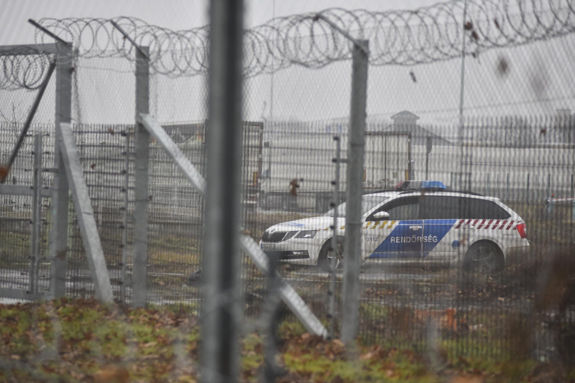 Rendőrautó a lezárt Röszke és Horgos közti közúti átkelőnél
