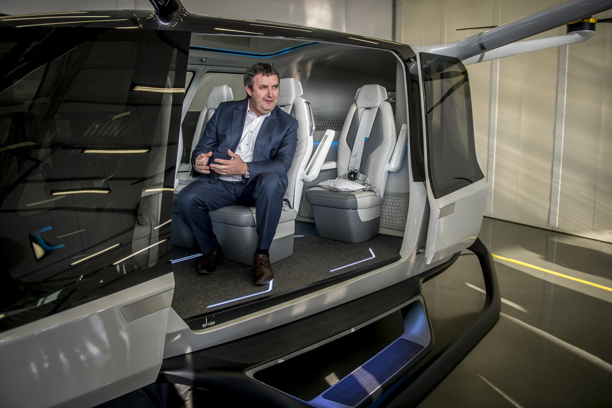 Palkovics László innovációs és technológiai miniszter ül a Genevation Aircraft Kft. hidrogénüzemanyagcella-meghajtású, személyszállításra is alkalmassá tehető, de még fejlesztés alatt álló drónjában a kft. jakabszállási üzemében tartott bemutatón