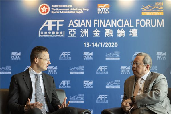 Szijjártó Péter (b) és Peter Lam, a Hongkongi Kereskedelemfejlesztési Tanács (HKTDC) elnöke az Ázsiai Pénzügyi Fórumon Hongkongban