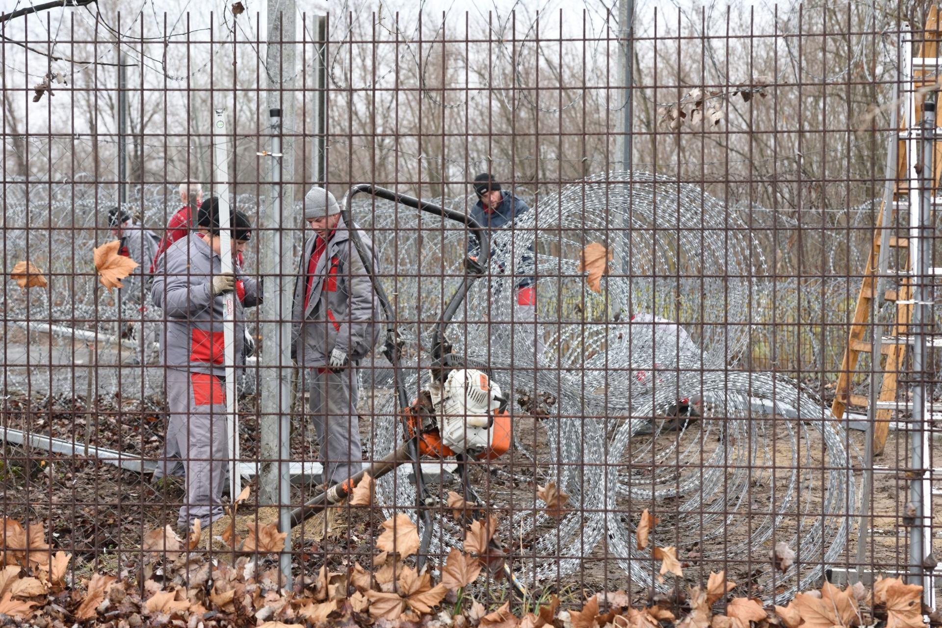 A BV Holding Kft. munkatársai kerítést építenek a drótakadály helyett 2020. január 28-án a röszkei közúti határátkelőhely mellett