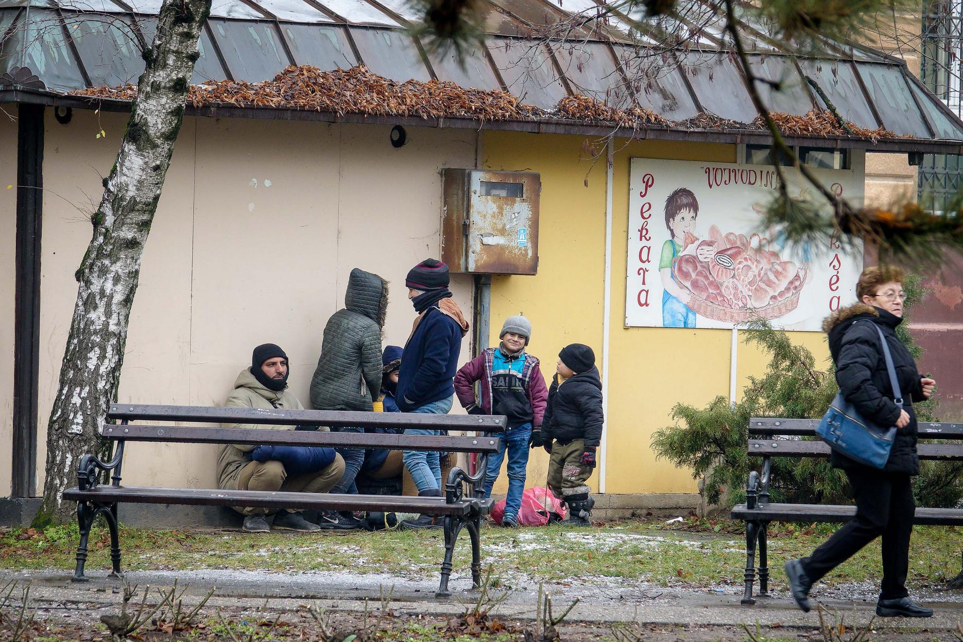 Bár akadnak köztük gyerekek és nők is az érkező csoportokban, nem ez a jellemző látvány. A csapatok döntő többsége magányos, huszonéves életerős férfi.