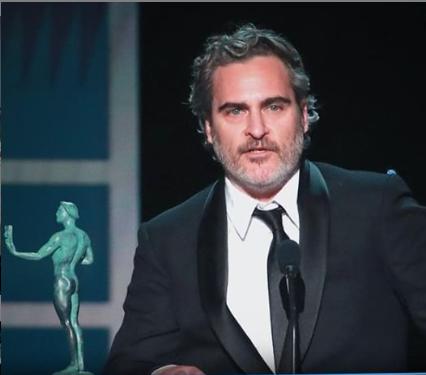 A Joker új sztárja az elhunyt Heath Ledgerre emlékezett, amikor átvette a díjat