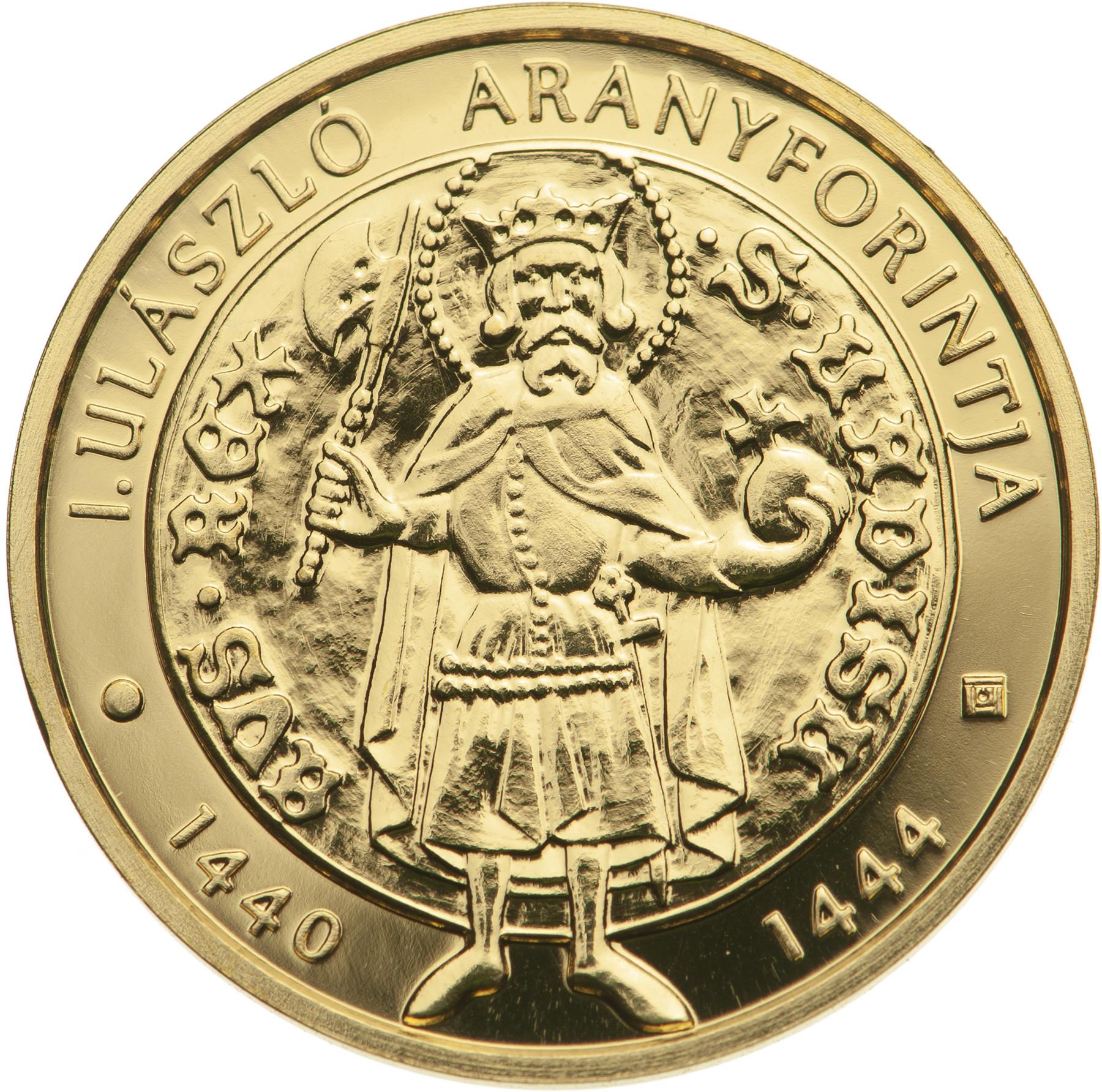 Az emlékérme előlapjának fő motívumaként, kissé aszimmetrikusan elhelyezve, I. Ulászló aranypénzein szereplő négyrészű címer jelenik meg