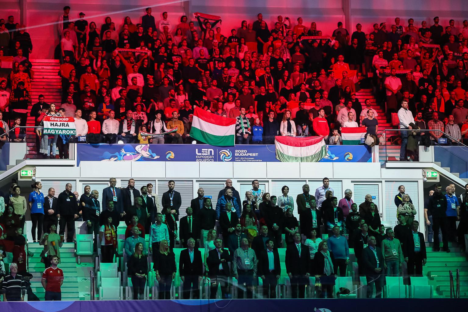Szurkolók a lelátón nemzeti színnel megvilágítva
