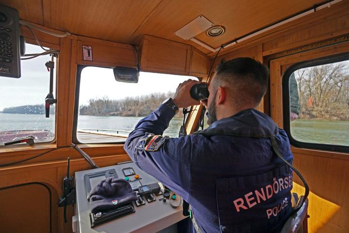 Honvéd és rendőr együtt őrzi-védi a Tiszán a határt