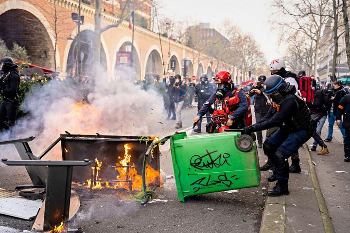 Emmanuel Macron francia államfő lemondását követelték a nyugdíjreform ellen tüntetők