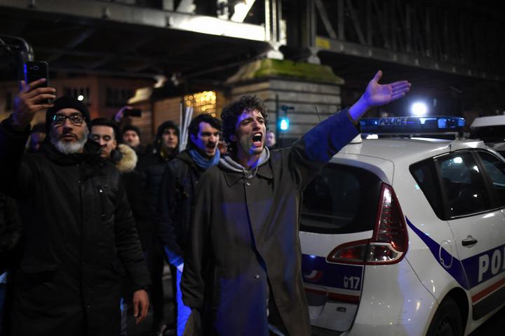 A francia Gyurcsánynak tüntetők miatt kellett elmenekülnie egy színházból