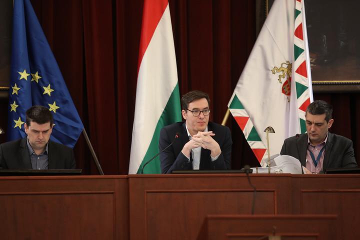 Nem biztosítja az alapvető demokratikus jogokat a fővárosi önkormányzat módosított szmsz-e