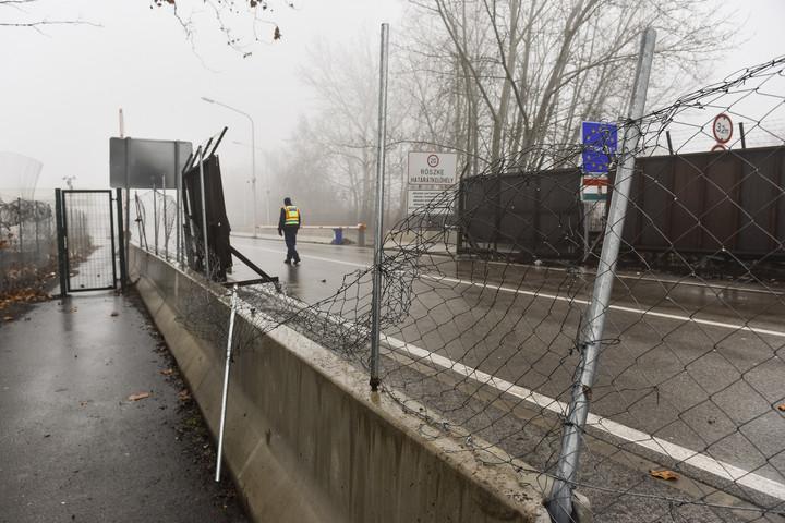 Egy év börtönre ítélték a röszkei kerítésen áttörő határsértőket
