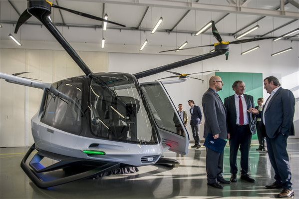Bemutatták a világ első hidrogén üzemanyagcella meghajtású, személyszállításra is alkalmas drónját