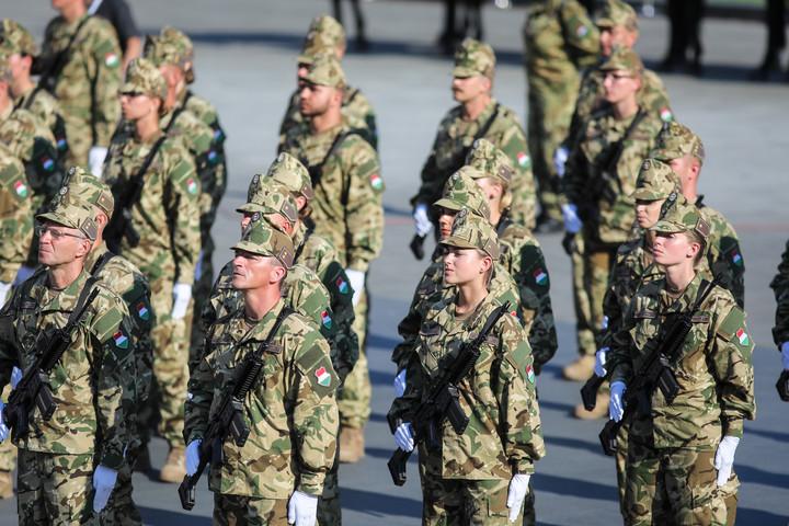A fegyveres testületeknél szolgálók február 5-ig megkapják emelt illetményüket