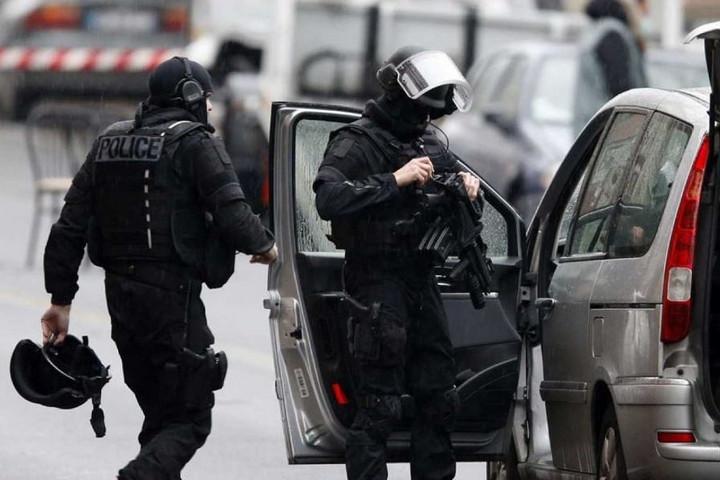 Késes támadás történt Párizs közelében, halálos áldozata is van