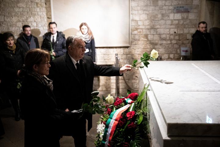 Orbán Viktor megkoszorúzta Lech Kaczynski síremlékét