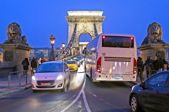 Kitiltják a Lánchídról a turistabuszokat és a teherautókat, a BKK-járatokat nem korlátozzák