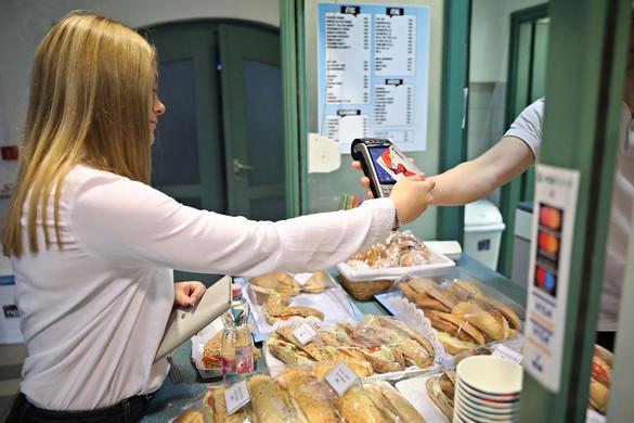 A fiatalok már szívesebben fizetnek bankkártyával