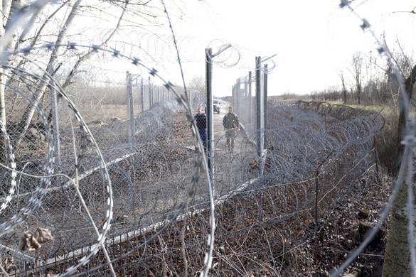 Megerősítették a határ fizikai védelmét Röszkén