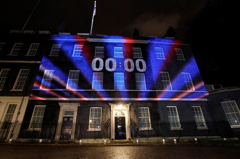 Visszaszámláló óra és a brit lobogó színei a miniszterelnöki hivatal épületének falán, a Downing Streeten