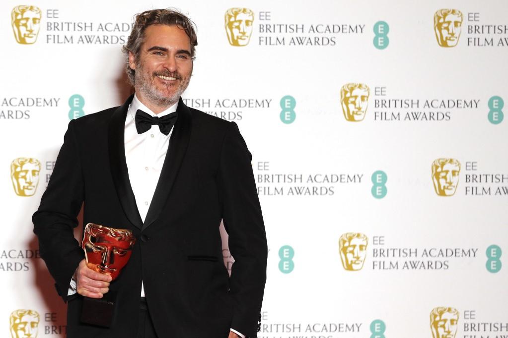 Joaquin Phoenix járulhatott a színpadra a londoni Royal Albert Hallban a legjobb férfi főszereplőnek járó díjért