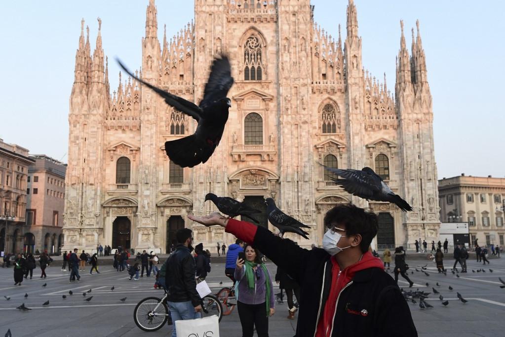 Turista eteti a galambokat a milánói dóm előtt