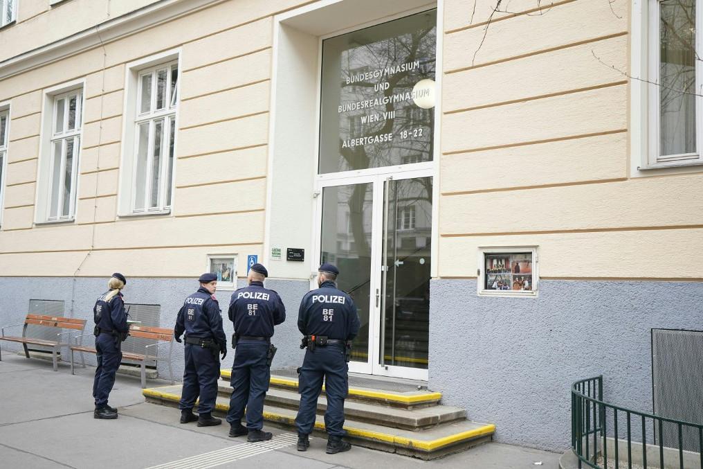Rendőrök a kiürített bécsi gimnázium előtt
