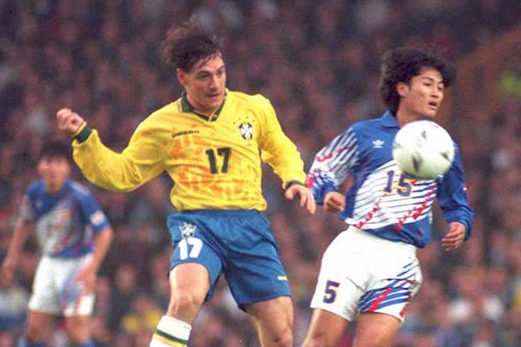 Miura a japán válogatott mezében. Itt épp a brazil Dorivával harcol a labdáért