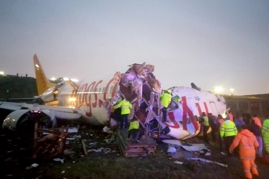 A gépen tartózkodó 177 utas evakuálása megkezdődött