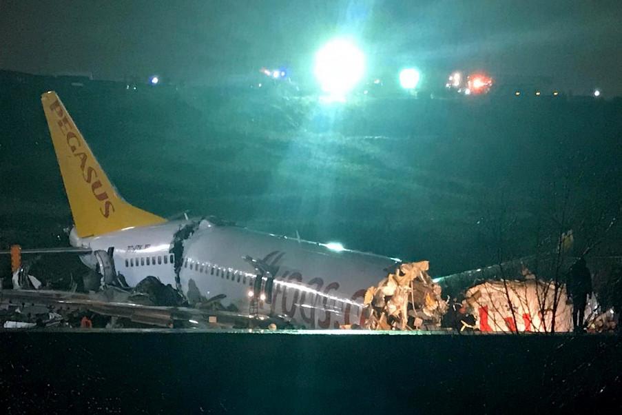 A beszámolók szerint a Pegasus török légitársaság belföldi járata Izmirből érkezett Isztambulba