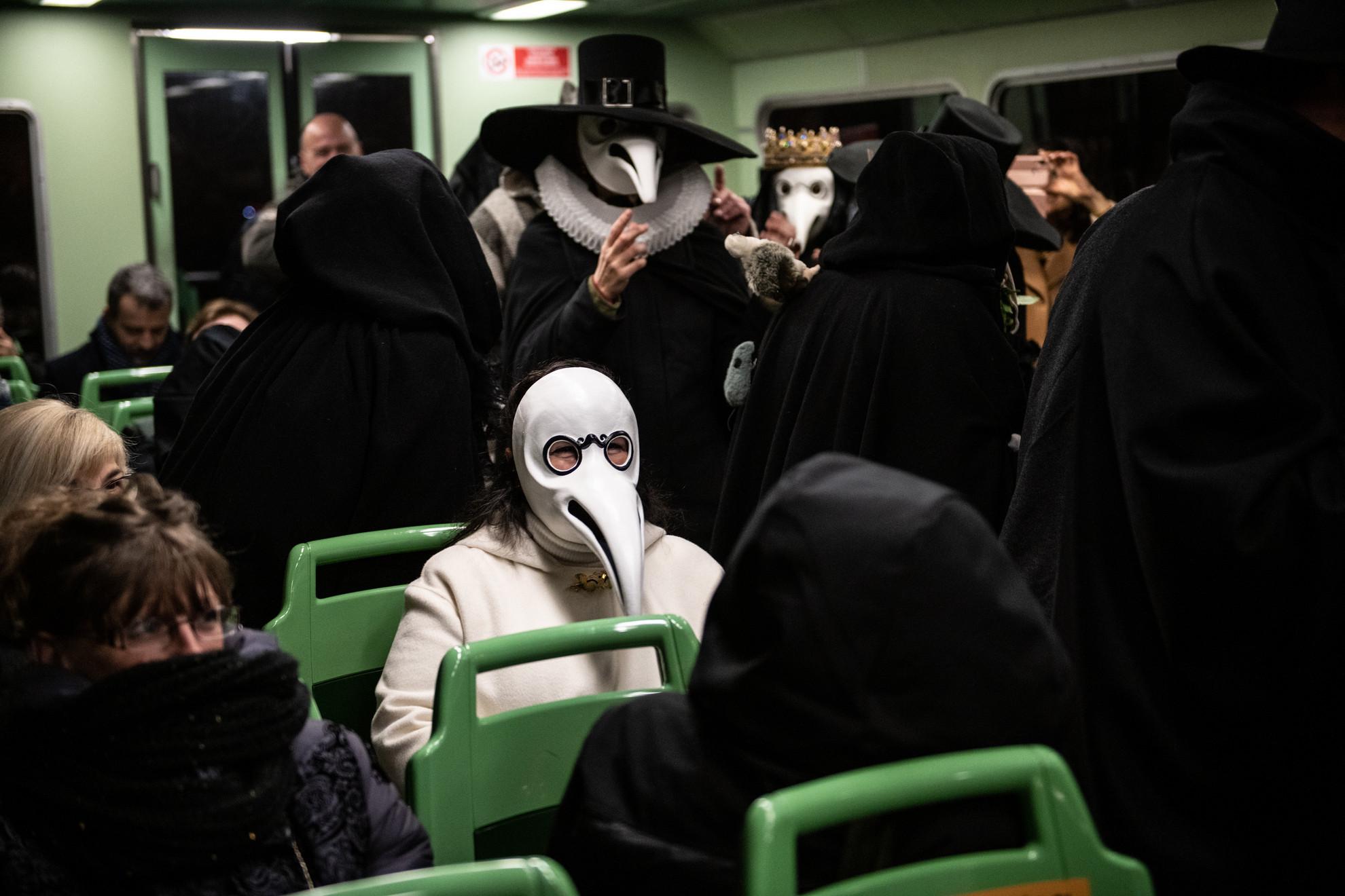 Pestisdoktornak öltözött bálozók utaznak tömegközlekedéssel a velencei karnevál vége előtt