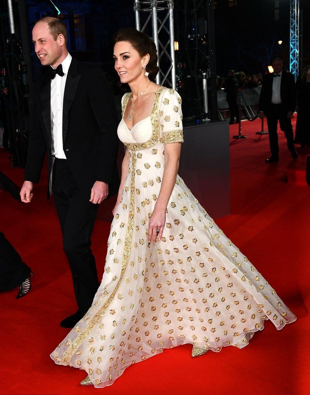 Minden a régi, a hercegi pár, a ruha és a vörös szőnyeg is újrahasznosított anyagból készült