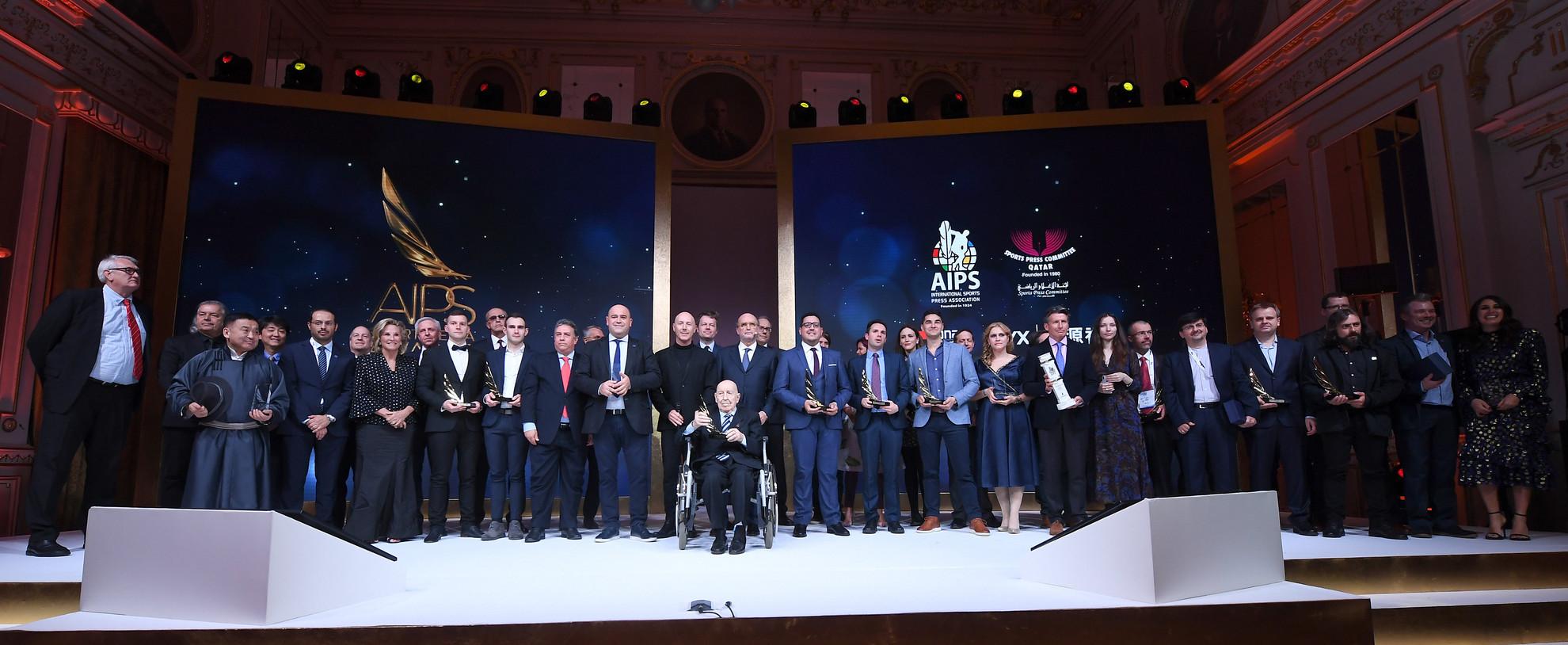 A díjazottak és a díjátadók a Nemzetközi Sportújságíró Szövetség (AIPS) budapesti kongresszusa díjátadó gáláján a Corinthia hotelben