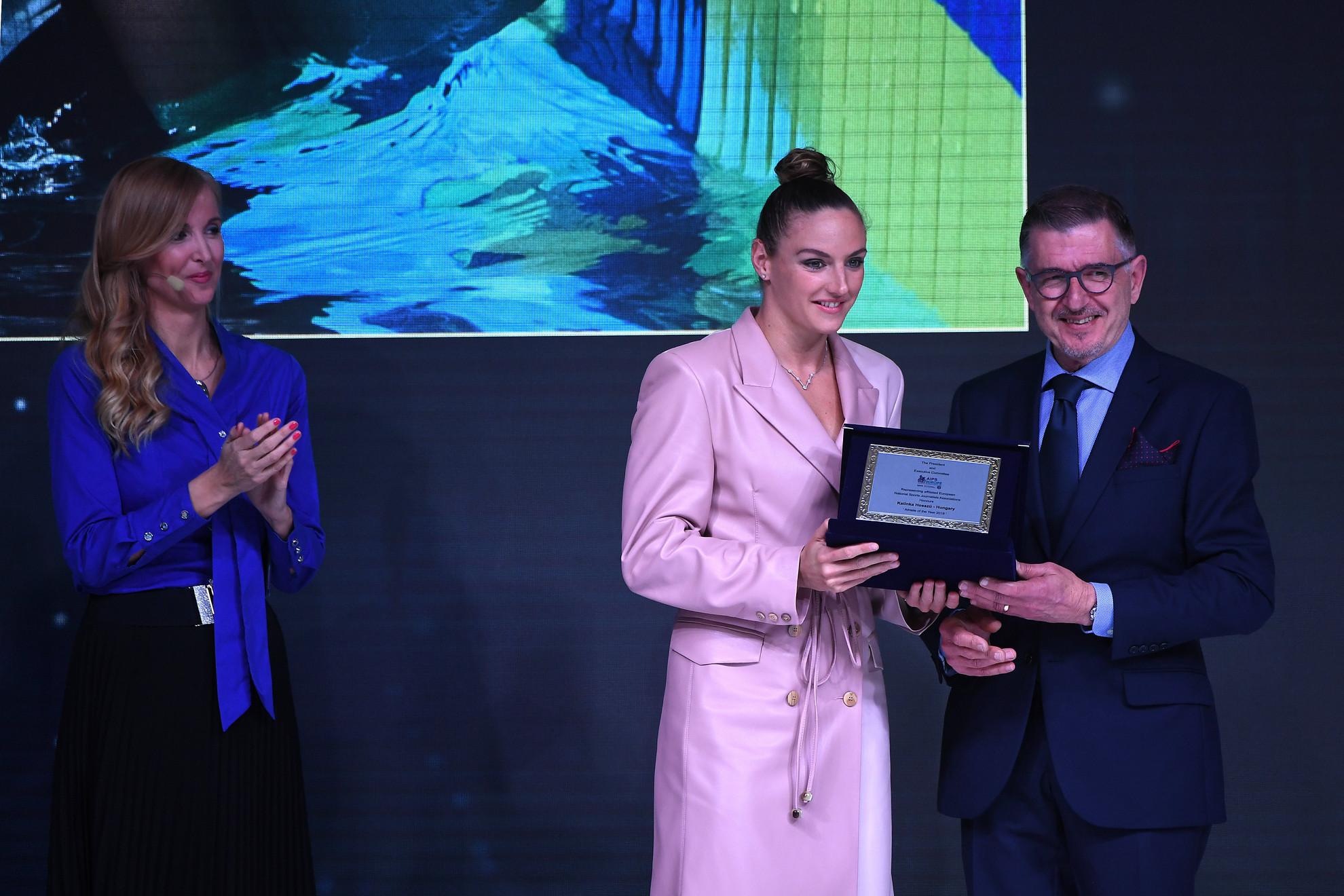 Charles Camenzuli, a Nemzetközi Sportújságíró Szövetség (AIPS) főtitkára (j) átadta az év európai női sportolója díjat Hosszú Katinka háromszoros olimpiai bajnok úszónak az AIPS budapesti kongresszusa díjátadó gáláján a Corinthia hotelben