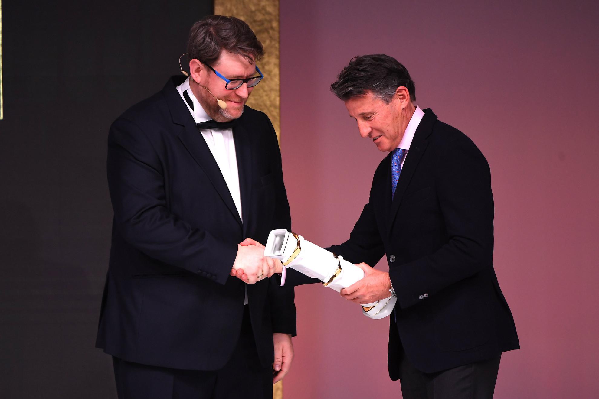 Szöllősi György, a Magyar Sportújságírók Szövetségének (MSÚSZ) elnöke (b) átadja 2019 legjobb sajtóközpontjának járó elismerést Sebastian Coe-nak