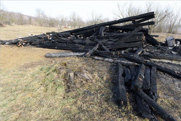 A székelyföldi Héderfája református templomának leégett, elszenesedett haranglábja 2020. február 8-án. A tűz hevében a 19. században épült faharanglábban lévő két harang megolvadt. A tűzoltóság illetékese valószínűsítette, hogy gyújtogatás okozta a tüzet. A gyújtogatás gyanúját erősítette meg Nagy Csaba héderfájai református lelkész is. Elmondása szerint ismeretlenek két korábbi alkalommal sikertelenül próbálták már felgyújtani a haranglábat