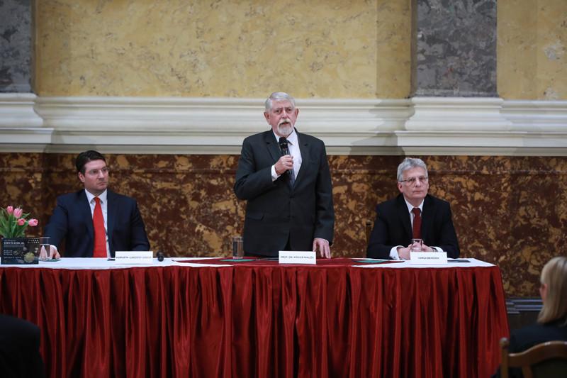 Az Ezer és ezer jel – Őstörténetünk kaukázusi forrásai című időszaki tárlatot a fővédnök, Kásler Miklós miniszter nyitotta meg