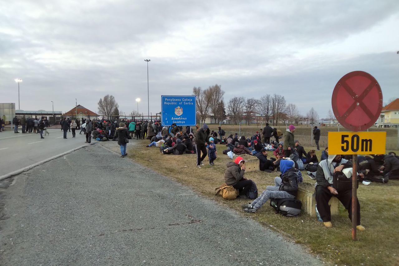A délutáni órákban a hatóságok lezárták a Kelebia-Tompa határátkelőt