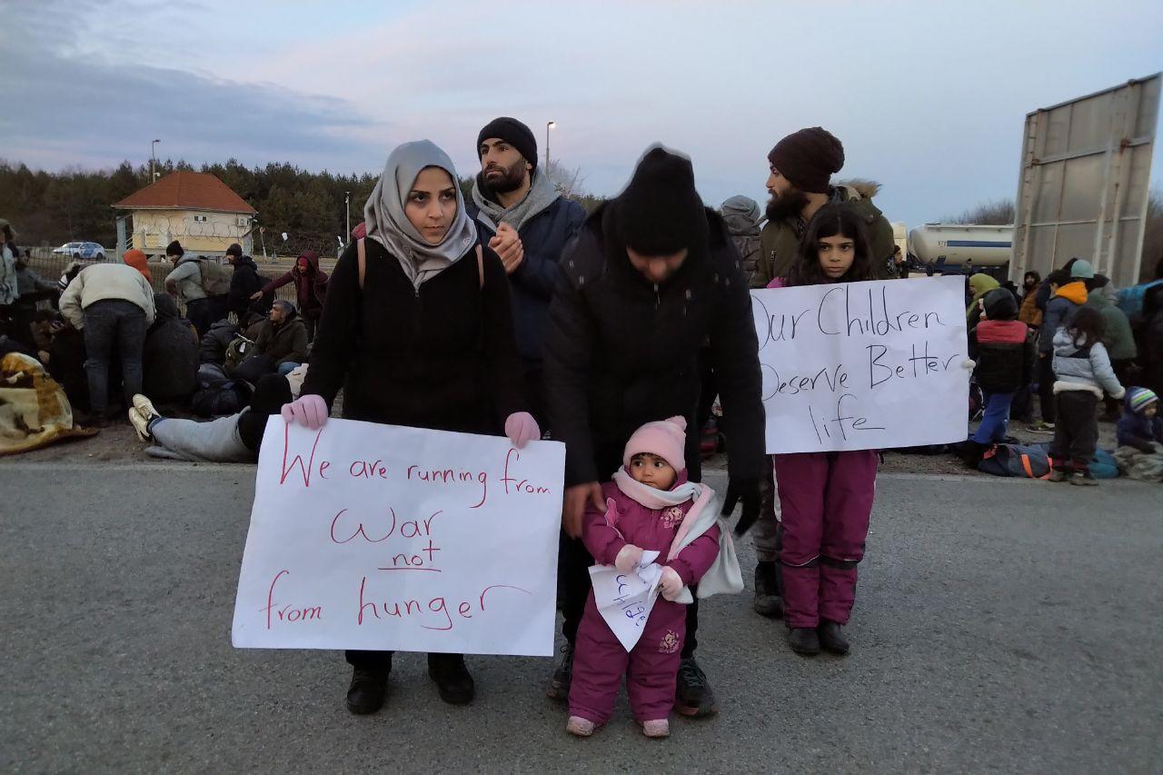 Nők és gyermekek is vannak a tömegben