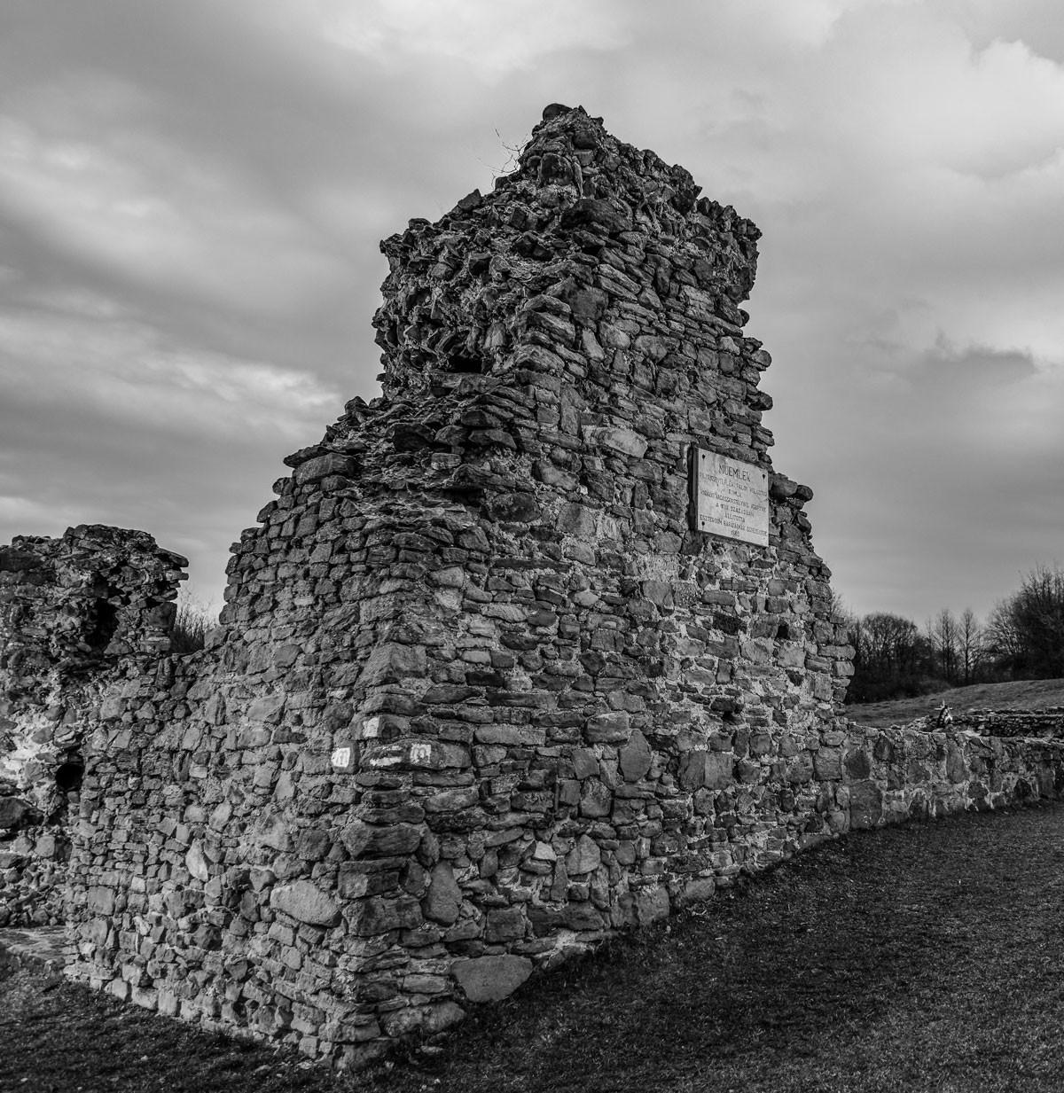 A pilisszentléleki pálos kolostor romjai. Nagy Lajos és Hunyadi Mátyás legendásan jó kapcsolatot ápolt a renddel, amelynek Mohács előtt több tucat magyarországi központja volt