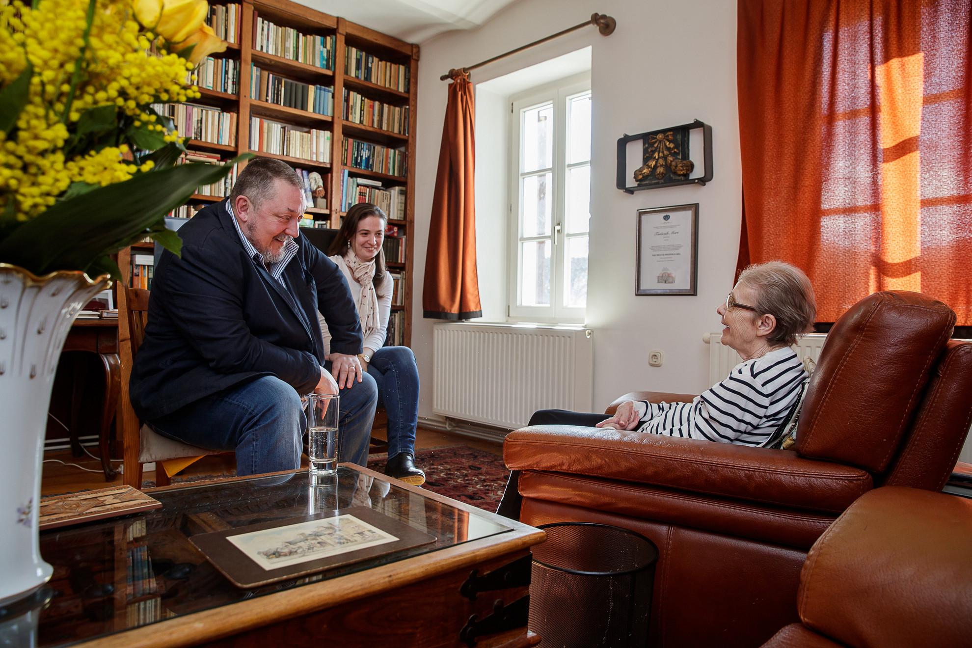 Törőcsik Marit meglátogatja otthonában igazgatója, Vidnyánszky Attila