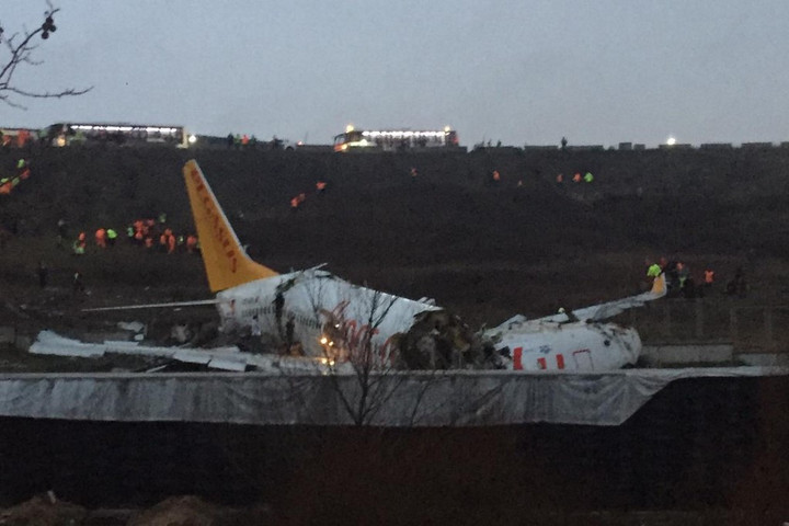 Túlfutott a leszállópályán és kettétört egy repülő Isztambulban