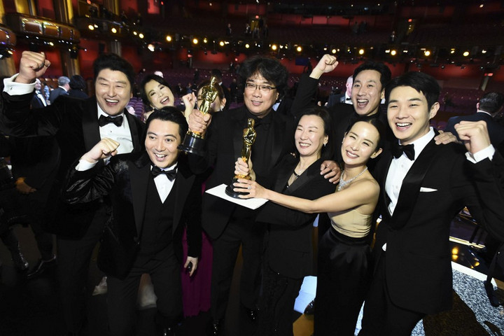 Hősként fogadták hazájában az Oscar-díjas Bong Dzsun Hót