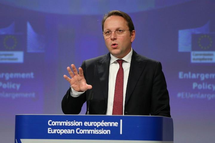 Várhelyi: Az illegális migráció megállításához együttműködés kell